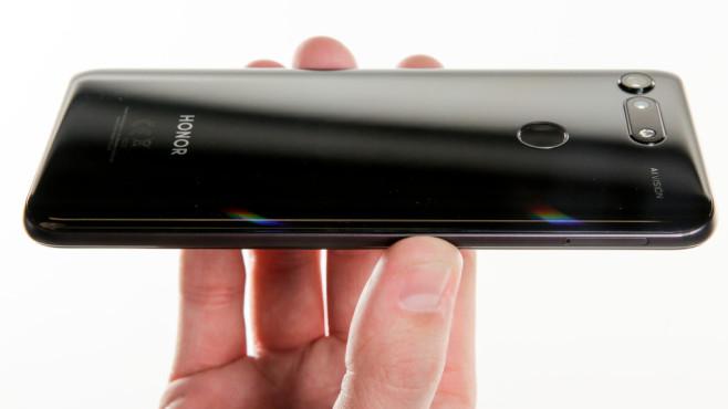 Honor View 20: Praxis-Test, Loch, Preis, Release, Farben, technische Daten Mit seiner 48-Megapixel-Kamera und dem schillernden Look sticht das Honor View 20 aus der Handy-Masse hervor.©COMPUTER BILD