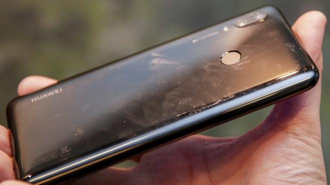 Huawei P Smart (2019): Praxis-Test, Preis, Release, technische Daten Die Plastik-Rückseite des P Smart (2019) wirkt nicht sonderlich hochwertig und zieht Fingerabdrücke an.©COMPUTER BILD