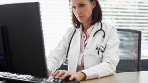 Arzt hilft Patient via E-Mail©iStock.com/Nomad