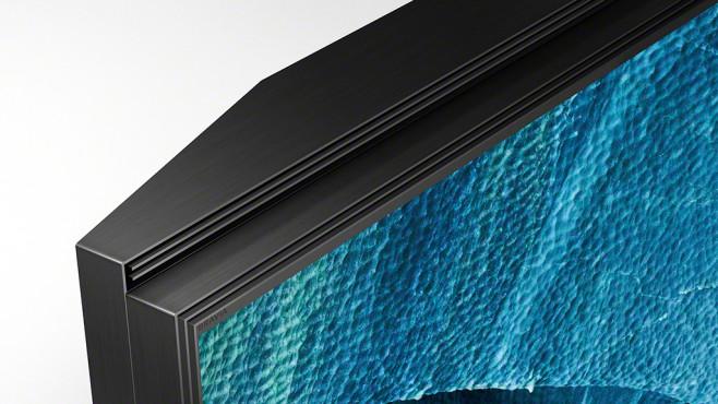 Sony KD-85ZG9 im Test: Dieser Fernseher ist der helle Wahnsinn! Die Lautsprecher vom Sony ZG9 stecken im äußeren, leicht abgestuften Teil des Rahmens und strahlen durch schmale Schlitze in Richtung Zuschauer. Zwei Lautsprecher sind im oberen Rahmenteil, zwei im unteren eingebaut.©Sony