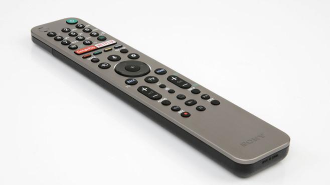Sony KD-85ZG9 im Test: Dieser Fernseher ist der helle Wahnsinn! Die Fernbedienung vom Sony ZG9 ist recht übersichtlich – viel aufgeräumter als die Tastengräber von früheren Sony-Fernsehern.©COMPUTER BILD