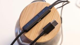 Huawei CM-Q3 ANC: Steuerelement und USB-C-Stecker©COMPUTER BILD