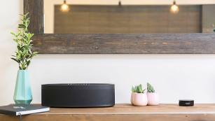 Yamaha Musiccast 20: Test der schicken Sonos-Alternative In Verbindung mit einem Alexa-Lautsprecher (rechts im Bild: Amazon Echo Dot) lassen sich alle Yamaha Musiccast Produkte wie der Lautsprecher Musiccast 50 per Sprache steuern.©Yamaha