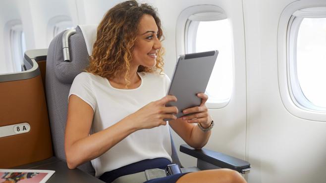 Frau nutzt Lufthansa Mobile am Tablet©Lufthansa Group