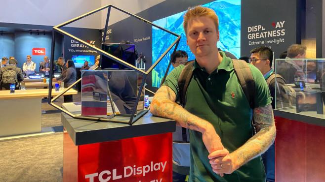 Christian Hensen auf der CES 2020 bei TCL mit dem Foldable©COMPUTER BILD