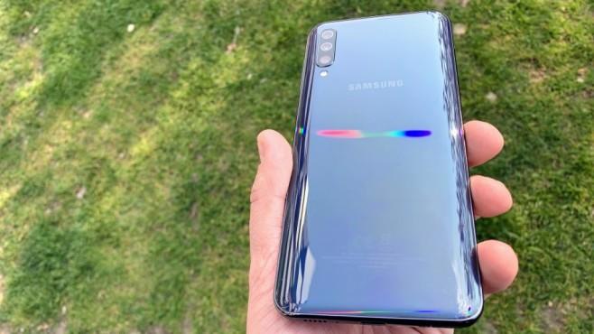 Samsung Galaxy A50: Praxis-Test, Daten, Preis, Release, kaufen Das Glasgehäuse schimmert bei Lichteinfall in Regenbogen-Farben.©COMPUTER BILD