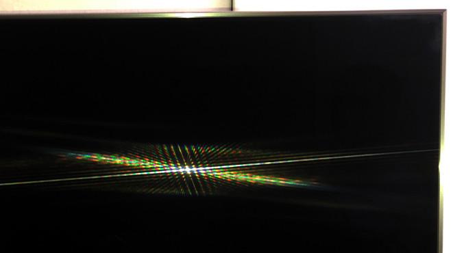Samsung Q90R im Test: So gut kann ein LCD-Fernseher sein! Der Samsung Q90R ist extrem gut entspiegelt: So sieht es aus, wenn ein Smartphone-Blitz aus 30 Zentimetern Abstand den Fernseher anleuchtet. Vergleichen Sie das einfach mal mit Ihrem Fernseher!©COMPUTER BILD