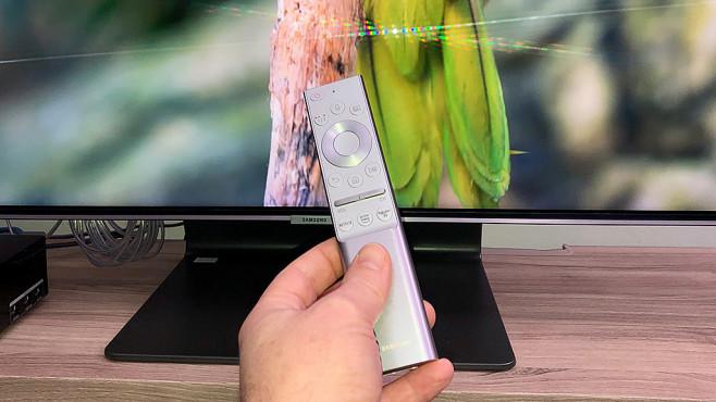 Samsung Q90R im Test: So gut kann ein LCD-Fernseher sein! Die Fernbedienung vom Samsung Q90R hat zusätzliche Tasten extra für die Streaming-Dienste Amazon Prime, Netflix und Rakuten.©COMPUTER BILD