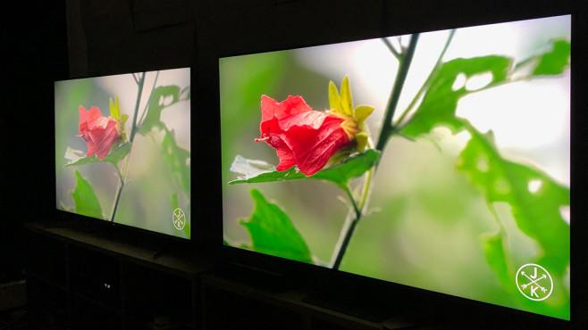 Samsung Q90R im Test: So gut kann ein LCD-Fernseher sein! Samsung Q90R im Vergleich mit einem herkömmlichen LCD-Fernseher: Während aus mittiger Position vor den Fernsehern die Farben nahezu gleich sind, bleichen sie aus seitlicher Position beim Konkurrenten (hinten im Bild9 aus. Beim Samsung (vorne) bleiben die Farben stabil.©COMPUTER BILD