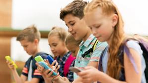 Kinder mit Smartphones©iStock/dolgachov/613753116