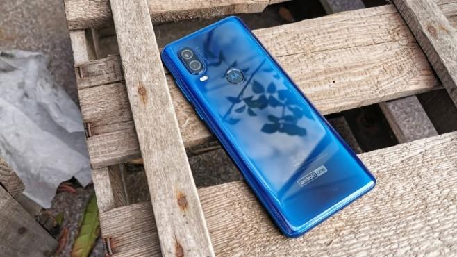 Motorola One Vision: Test, Kamera, 21:9-Display, Daten, Preis, Release Hübscher Rücken: Das abgerundete Heck ist durch die feinen Farbspielereien schön anzusehen, aber durch das glatte Plastik auch sehr rutschig.©COMPUTER BILD/Michal Huch