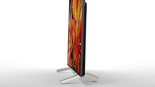 Sony XG85 im Test: Der Android-Fernseher ist scharf und schnell! Die massiven Füße des Sony XG85 sind im rückwärtigen Bereich oben offen, so dass sich dort Kabel abführen lassen.©Sony
