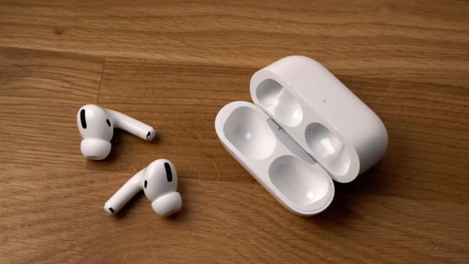 Apple AirPods Pro: Test, Preis, kaufen? Das Transport-Case ist breiter geworden, aber fällt auch kürzer aus.©COMPUTER BILD