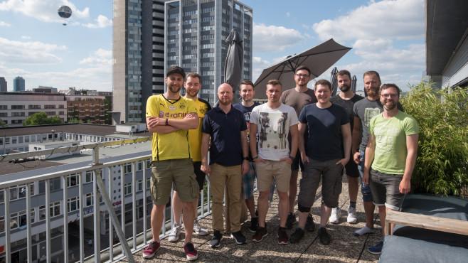 Rocket-League-Turnier: Vier Teams gegen die Redaktion Alle fünf Teams posieren auf der Dachterrasse des Axel-Springer-Penthouses in Berlin.©COMPUTER BILD