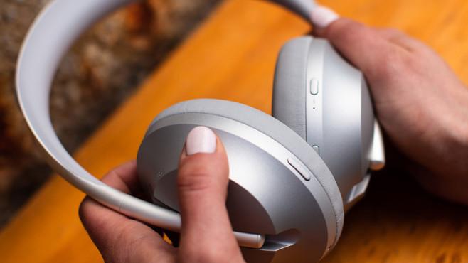Schon im Test: Bose Noise-Cancelling Headphones 700 Bose bietet die Headphones 700 in schwarz und silbern an, der Tragekomfort ist prima.©Bose