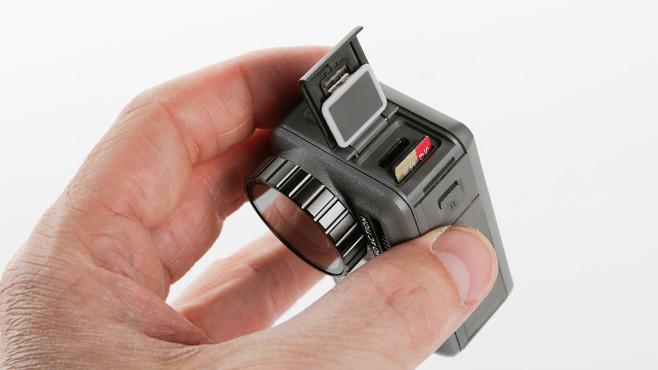 DJI Osmo Action: Micro-SD-Einschub und USB-Anschluss©COMPUTER BILD