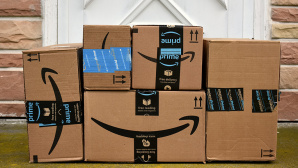 Amazon Pakete©iStock.com/Julie Clopper