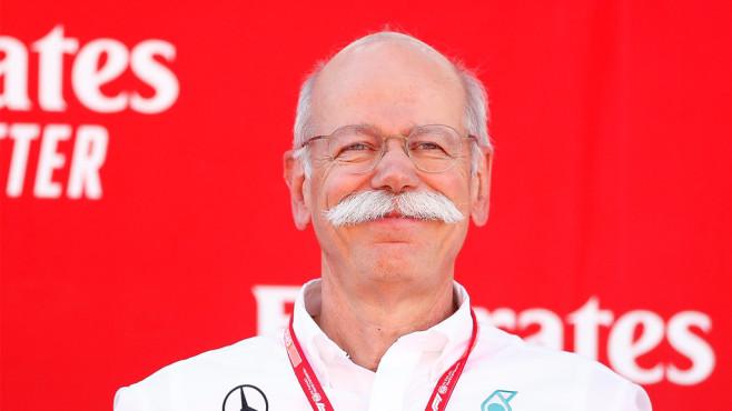 Letzer Tag von Mercedes-Chef Zetsche: So lustig verabschiedet sich BMW Ruhestand und ein herziger Abschiedsgruß von Konkurrent BMW – das bringt Dieter Zetsche wohl zum Lachen – so wie hier am 12. Mai in Barcelona beim Großen Preis von Spanien der Formel 1.©Eric Alonso/MB Media/gettyimages