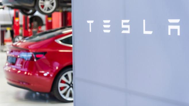Tesla in der Werkstatt©dpa-Bildfunk