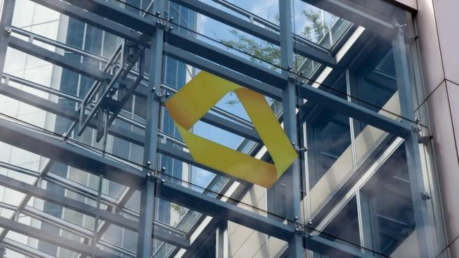 Logo der Commerzbank an einem Gebäude©Commerzbank AG
