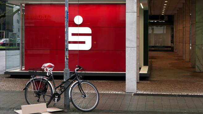 BGH erlaubt Gebühren fürs Geldabheben am Schalter Viele Sparkassen und Banken verlangen Gebühren, wenn Kunden Geld nicht am Automaten, sondern am Schalter abheben.©iStock.com/Heiko Küverling
