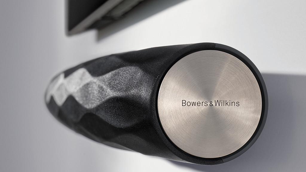 B&W Formation Bar im Test: Mit seiner Facetten-artigen Stoffbespannung und den metallischen Seitenteilen sieht der TV-Lautsprecher ungewöhnlich aus.©Bowers Wilkins