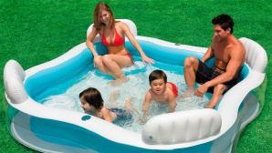 Familie im Pool © Amazon