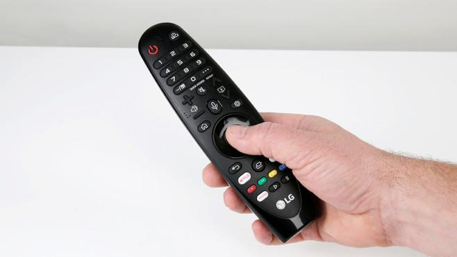 LG OLED E9 im Test: Ist das der beste Fernseher von LG? Die Fernbedienung vom LG OLED E9 liegt sehr gut in der Hand und enthält das Mikrofon zur Sprachsteuerung.©COMPUTER BILD