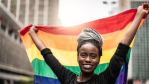 Frau mit Regenbogenfahne©iStock.com/FG Trade