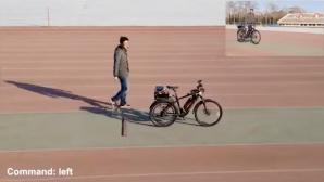 Selbstfahrendes Fahrrad auf Sportplatz©Screenshot: Youtube/Tianjic