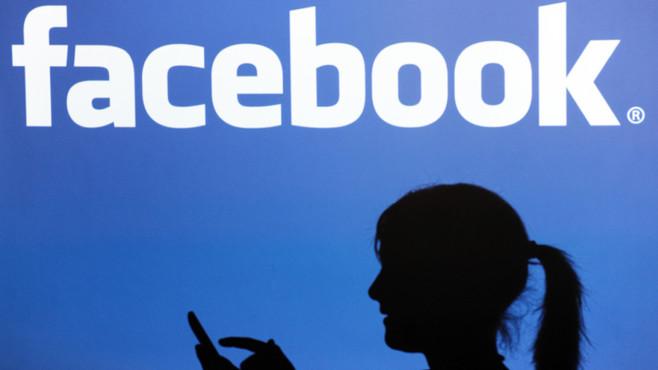 Frau vor Facebook-Logo©dpa-Bildfunk