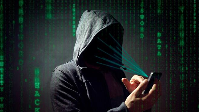 Hacker mit Smartphone©IStock.com/BrianAJackson