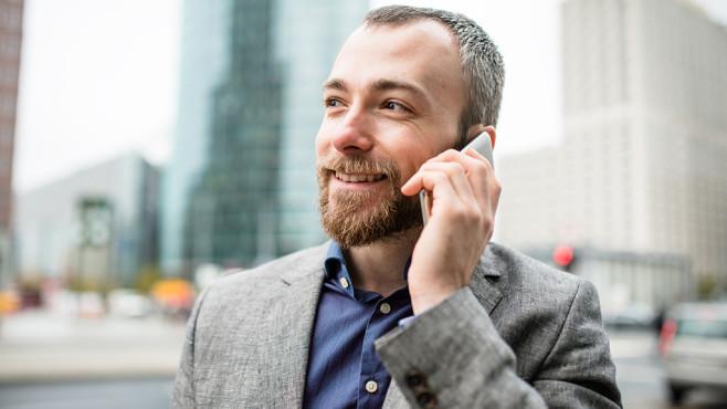 Mann telefoniert©iStock.com/franckreporter