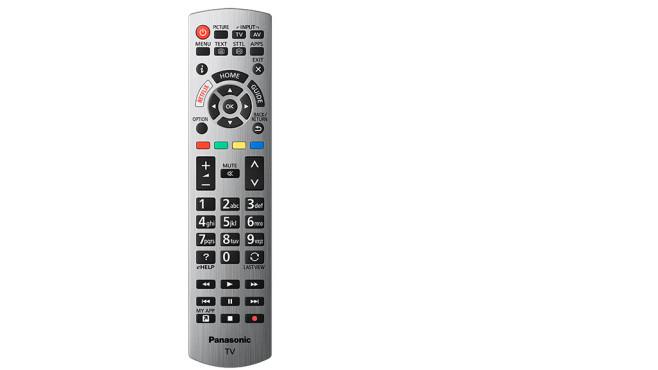 Panasonic GXW904: Mehr Fernsehen geht nicht! Die Fernbedienung vom GXW904 ist ein Klassiker, Panasonic hat sie über die Jahre nur wenig verändert. Praktisch sind direkt zugängliche Funktionen wie Bildmodus und Bedienungsanleitung (eHelp).©Panasonic