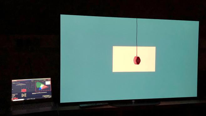 Sony AG9 im Test: Das OLED-Meisterwerk Der Sony AG9 lässt sich mit der  plus Testbildgenerator und Farbsensor (hängt mittig vor dem Bildschirm) auf perfekte Farben und Helligkeitsstufen kalibrieren – ganz einfach vollautomatisch.©COMPUTER BILD