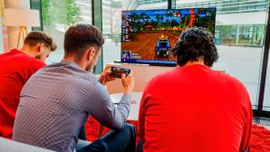 Männer spielen am Handy und TV©Vodafone