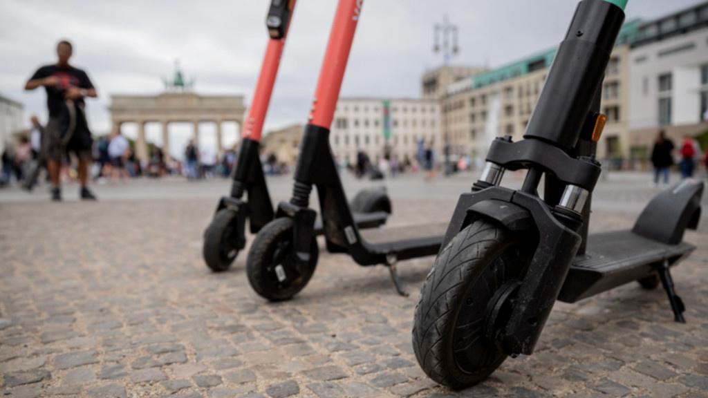 Lime: Chef will Autoparkplätze für E-Scooter freiräumen