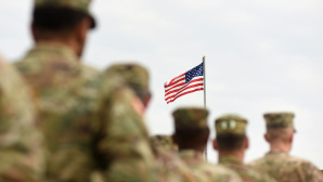 US-Army vor Flagge©iStock.com/Bumblee_Dee