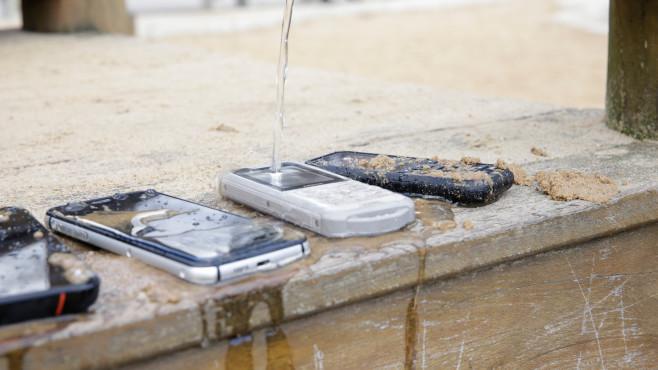 Wasserstrahl trifft auf das Nokia 800 Tough©COMPUTER BILD