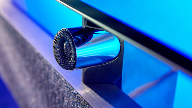 Philips OLED 984: Neuer Fernseher mit Riesen-Soundbar und mehr Ambilight Philips OLED984 im Detail: In der Soundbar sind drei Lautsprecher-Sets aus Tieftöner und Hochtöner eingebaut, vom mittleren Set lugt der Hochtöner oben heraus.©Philips, TP Vision