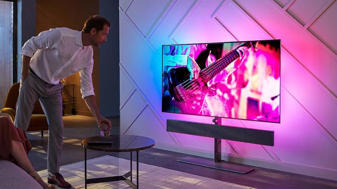 Philips OLED 984: Neuer Fernseher mit Riesen-Soundbar und mehr Ambilight Philips 65OLED984: Die Soundbar unter dem OLED-Bildschirm entwickelte der britische HiFi-Hersteller Bowers & Wilkins.©Philips, TP Vision