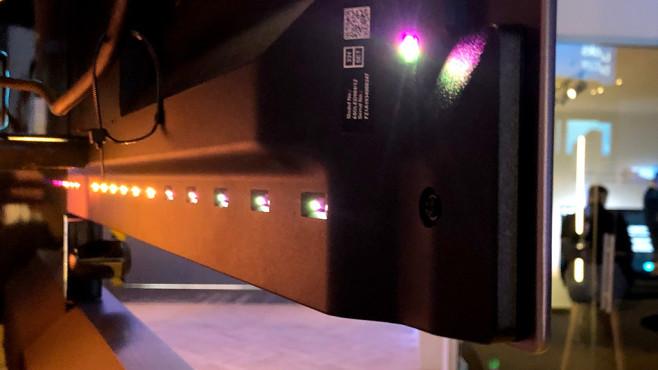 Philips OLED984: Neuer Fernseher mit Riesen-Soundbar und mehr Ambilight Philips 65OLED984 mit Ambilight 4: Die LEDs sitzen rechts, links, oben und auch unten in der TV-Rückseite.©COMPUTER BILD