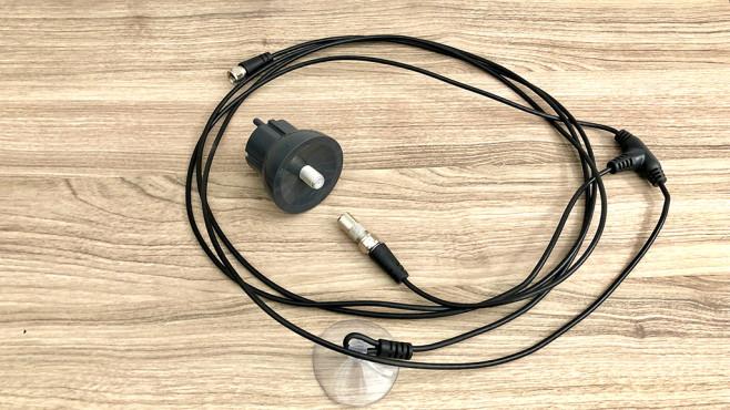 LiveWave Antenne im Test: Finger weg von diesem überteuerten Nepp! Die LiveWave Antenne besteht aus dem Adapter in der Mitte und einer simplen Wurfantenne. Zusammen soll das eine Hochleistungs-Fernsehantenne ergeben.©COMPUTER BILD