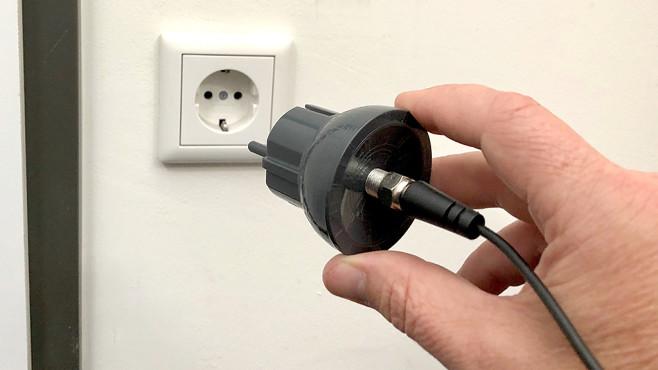 LiveWave Antenne im Test: Finger weg von diesem überteuerten Nepp! Die LiveWave Antenne nutzt den Schutzleiter der Hausverkabelung als Erdung. Das kann man machen, es bringt bei den TV-Frequenzen aber nichts.©COMPUTER BILD