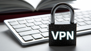 Sicherheitsschloss mit VPN-Aufdruck vor PC-Tastatur©vpn-allgemein-b: iStock.com/mizar
