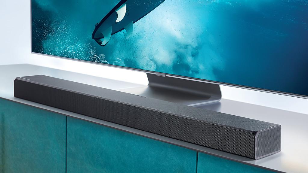 Samsung HW-Q90R im Test: Die Soundbar passt mit 123 Zentimetern Breite zu Fernsehern ab 55 Zoll (140 Zentimeter Bilddiagonale).©Samsung