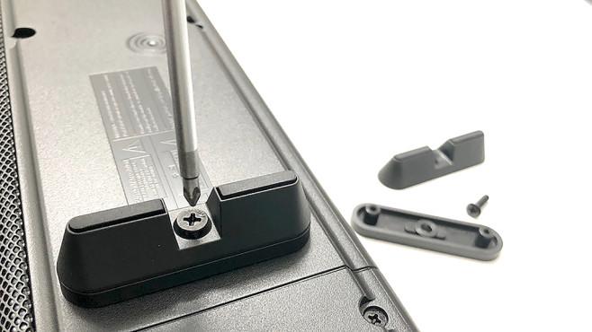 Samsung HW-Q90R im Test: Soundbar mit echtem Raumklang Soll die Samsung HW-Q90 vor einem Fernseher mit einer flachen Platte als zentralem Standfuß liegen, stellen an der Soundbar anschraubbare Füße in zwei Höhen den erforderlichen Abstand her.©COMPUTER BILD