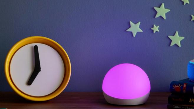 Alexa wünscht gute Nacht: Amazon Echo Glow Der Amazon Echo Glow ist ein smartes Nachtlicht mit Alexa-Steuerung – aber ohne eingebaute Mikrofone.©Amazon