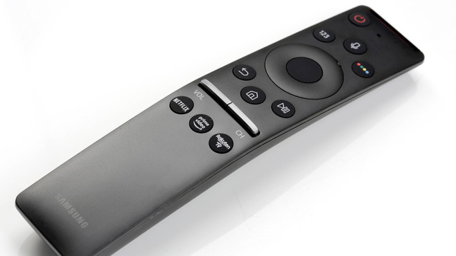 Samsung Q60R: Der günstigste QLED-Fernseher im Test Die Fernbedienung vom Samsung Q60 liegt gut in der Hand und ist blind bedienbar.©COMPUTER BILD