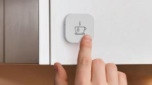 Finger dr�ckt auf den IKEA Tr�dfri Shortcut Button©IKEA